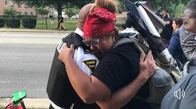 Cát sát Fayetteville ôm người biểu tình hôm 1/6. Ảnh: FB.