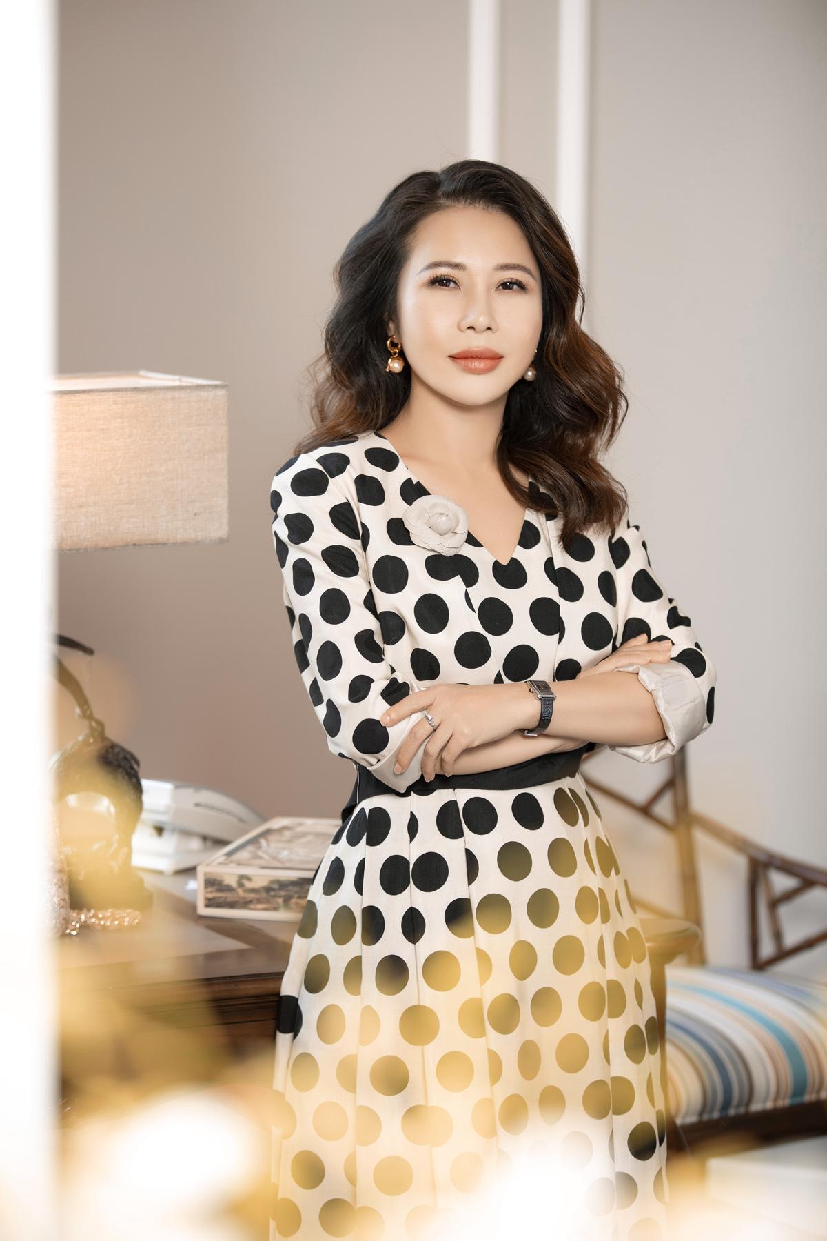 Triết lý kinh doanh kết hợp giữa giá trị và thẩm mỹ của Lan Phương giúp LMP Design tạo bản sắc riêng.Trang phục: Weill.
