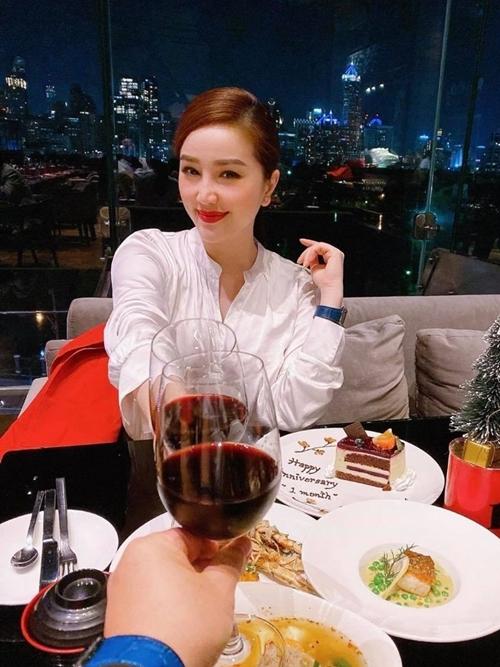 Bảo Thy mừng một tháng kết hôn chồng bằng một chuyến nghỉ dưỡng ở Singapore.
