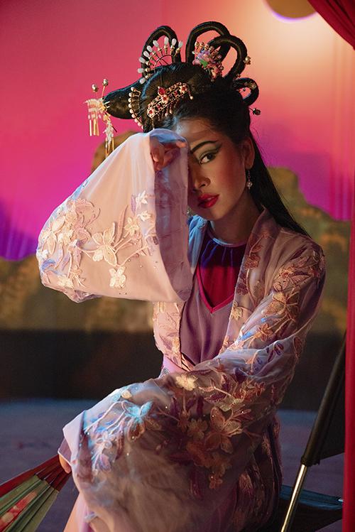 Bên cạnh việc quảng bá vẻ đẹp của miền Tây, Chi Pu còn mang nghệ thuật Cải Lương vào MV mới.