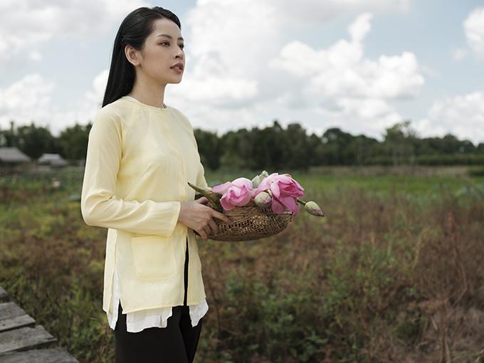 MV mới của Chi Pu nhận được nhiều lời khen ngợi về hình ảnh đẹp, dà dựng công phu. Tạo hình cô gái miền Tây theo gánh hát Cải Lương được Chi Pu thể hiện đầy thuyết phục trong từng cảnh quay.
