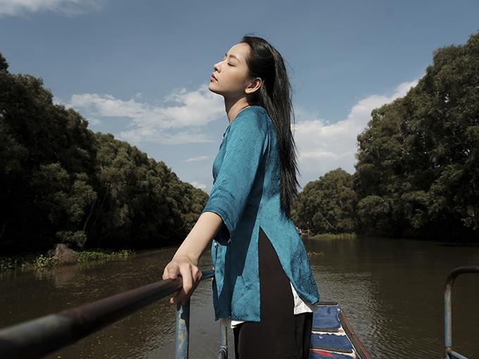 Áo bà ba đúng chất Nam Bộ được chọn lựa cho Chi Pu khi thực hiện các cảnh quay trong MV Cung đàn vỡ đôi.