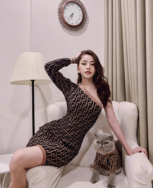 Đường cong của Chi Pu trở nên hút mắt hơn nhờ mẫu váy bất đối xứng của Fendi. Cùng với thiết kế ôm khít eo, chi tiết lệch vai giúp mẫu váy trở nên ấn tượng.