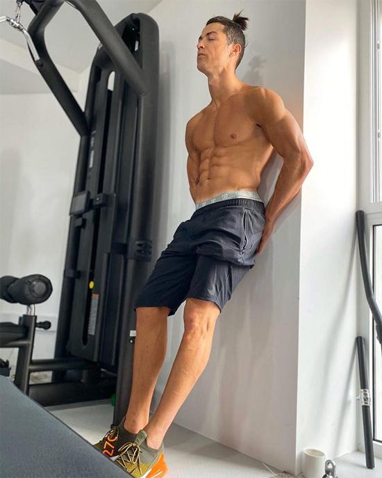 Hình ảnh khoe cơ bắp trong phòng gym quen thuộc trên trang cá nhân của C. Ronaldo. Ảnh: Instagram.