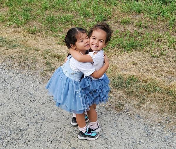 Hai con gái Eva và Alana Martina của C. Ronaldo mặc đồ đôi, ôm nhau thắm thiết. Ảnh: Instagram.