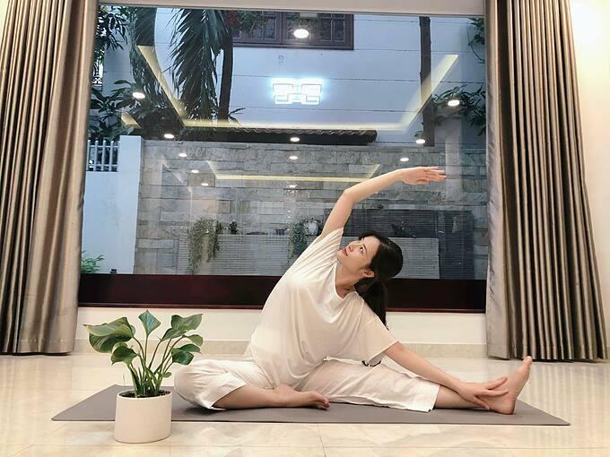 Đông Nhi chia sẻ về việc tập luyện trong thời gian mang thai: Người Việt mình kỹ tính nên hay dặn có thai là phải nhẹ nhàng, ít vận động. Tuy nhiên Nhi thấy mỗi sáng dành ra vài phút tập luyện theo khả năng không chỉ giúp cơ thể nhẹ nhàng, dẻo dai hơn mà còn ăn ngon hơn nữa.