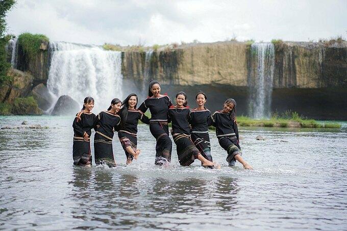 HHen Niê và các chị em nhảy vũ điệu rửa tay dưới dòng suối. Người đẹp Ê Đê tâm sự: Giữa con suối trong lành, tự dưng Hen có cảm giác quay về như ngày còn bé, cùng bạn bè vui chơi đùa nghịch.