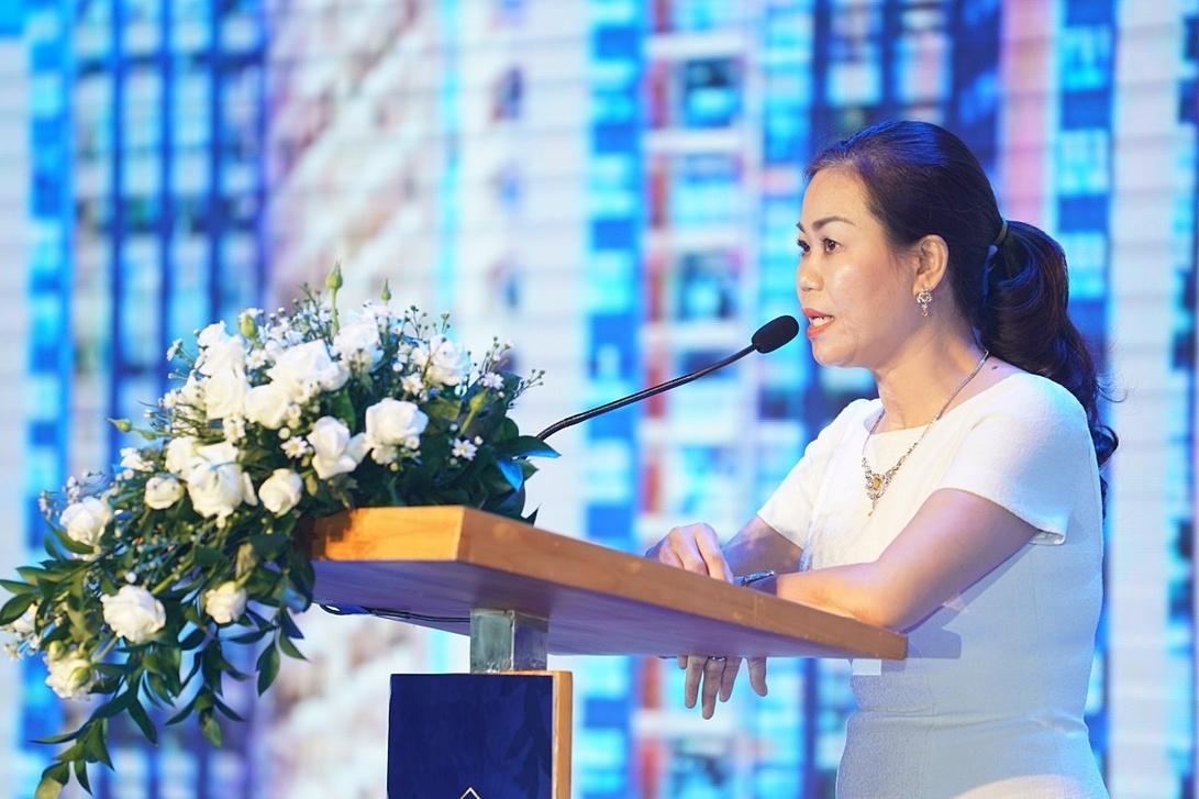 Phó Tổng giám đốc Tập đoàn Charm Group - Nguyễn Thị Bích Thủy đeo trang sức Dáng Việt khi phát biểu tại lễ mở bán dự án Charmcity