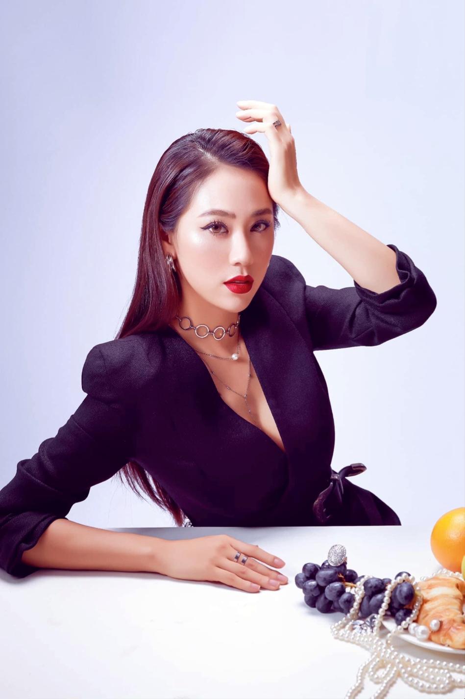 Cô cũng yêu thích mẫu vest đen mang tớivẻ ngoài quyền lực và bí ẩn, phối hợp hài hòa với phụ kiện dây chuyền nhiều layervà màu son đỏ.
