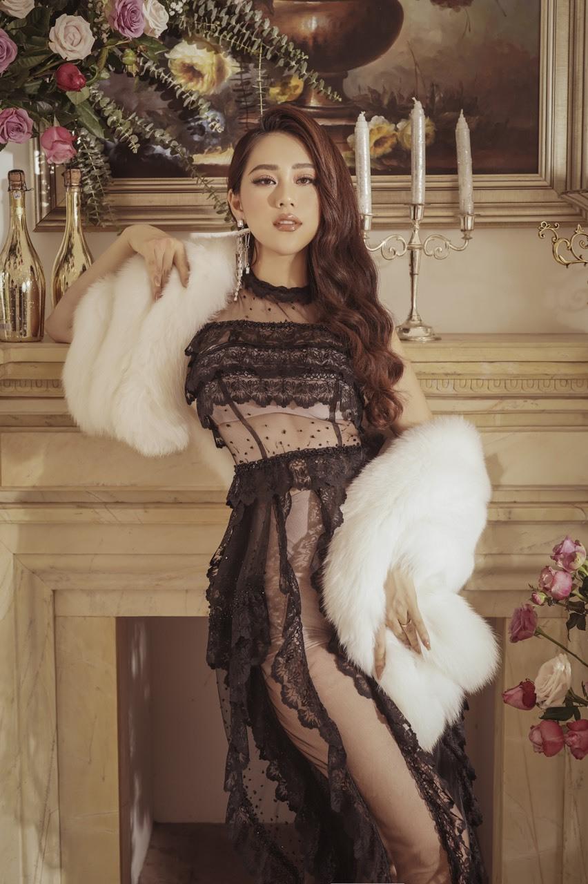 Trong các bộ ảnh thời trang, hot mom Vũ Diệu Thúy thường chọn nhữngthiết kế ôm dángnhư đầm pha ren kết hợp cùng khăn choàng lông sang trọng.