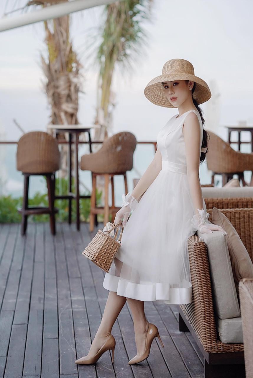 Phong cách đi chơi, dạo phố của nữ doanh nhân trẻ cũng rất đa dạng. Cô thườnglựa chọn những mẫu đầm bồng bềnh tông trắngvàongày hè, phối cùng mũ rộng vành, túi cói và găng tay để hóa thân thành cô nàng tiểu thư đài các.