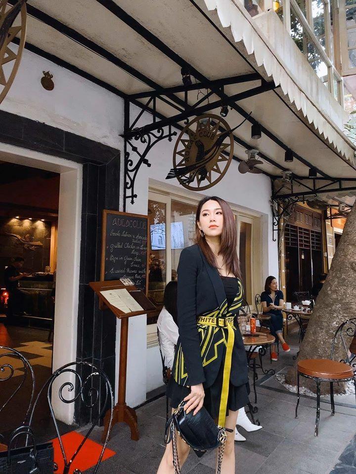 Khi lên phố đi dạo, café, người đẹp Hà thành chọn những set đồ cá tính hơn như trang phục tông đen phối cùng thắt lưng Off-white vàng.