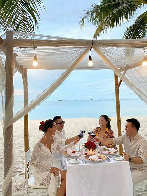 Kỳ Duyên - Minh Triệu cùng hai người bạn ăn tối lãng mạn khi du lịch nghỉ dưỡng ở Phú Quốc.