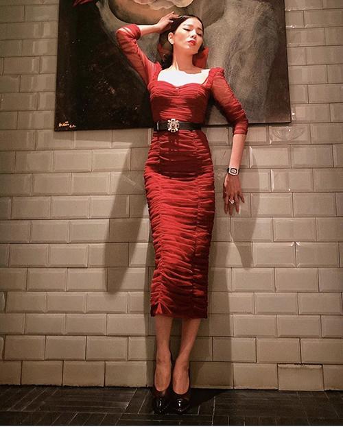 Đầm bodycon là trang phục thường được ưa chuộng khi đi tiệc cocktail cùng bạn bè. Những cô nàng yêu tông màu nổi có thể tham khảo kiểu đầm đỏ của Lệ Quyên.