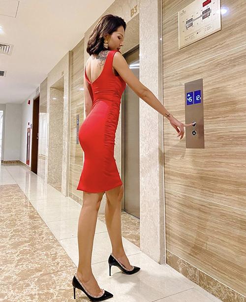 Đầm bodycon được thể hiện trên nhiều chất liệu và kiểu dáng phong phú để phái đẹp thoả sức mix đồ đi tiệc, dạo phố. Trước trào lưu ăn mặc mới, Minh Triệu cũng giới thiệu nhiều mẫu đầm sexy bên cạnh dòng sơ mi, quần suông gắn liền với thương hiệu cá nhân của cô.