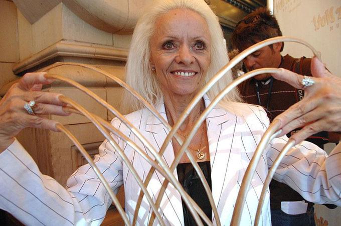 Bà Lee tự hào với bộ móng tay dài tổng cộng gần 8,7 m hồi năm 2008. Ảnh: FilmMagic.