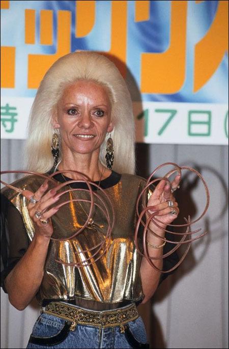 Bộ móng tay bị gãy khiến Lee đành phải nhường danh hiệu người hiện có bộ móng dài nhất thế giới cho người khác. Ảnh: FilmMagic.