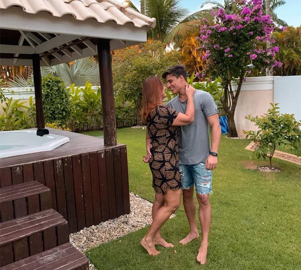 Bức ảnh công khai tình yêu của mẹ Neymar và game thủ kém 30 tuổi. Ảnh: Instagram.