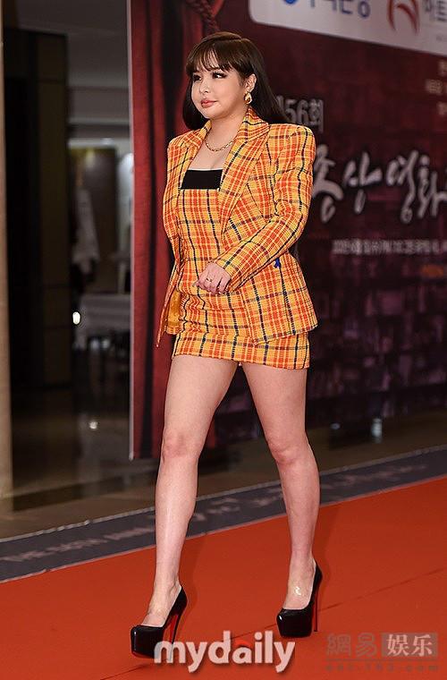 Trước ồn ào về sắc vóc hiện tại của Park Bom, công ty quản lý của cô cho biết nữ ca sĩ đang cố gắng giảm cân, trước khi trở lại vào mùa thu này với album mới.Park Bom là ca sĩ nổi tiếng nhất nhì 2NE1 nhờ chất giọng ấn tượng. Năm 2014, tuy nhiên, cô từng bị chỉ trích nặng nề vì sử dụng thuốc trầm cảm được kê đơn ở Mỹ có thành phần là chất cấm ở Hàn Quốc. Không chịu nổi áp lực dư luận, cô từng ngưng hoạt động một thời gian. Năm 2016, 2NE1 tan rã, cô không tiếp tục ký hợp đồng với YG Entertainment mà hoạt động solo.