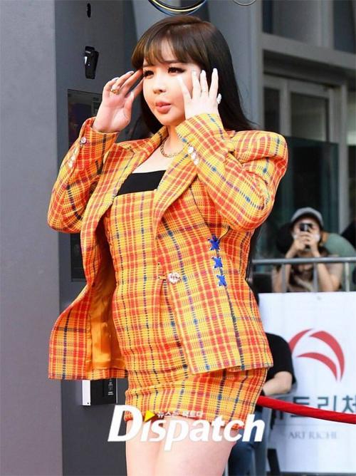 Sự xuất hiện của Park Bom khiến cô trở thành cái tên được tìm kiếm nhiều nhất trên các trang tìm kiếm và các bảng xếp hạng như Naver, Bugs, Melon... Nhiều người đặt câu hỏi cho dáng vóc của Park Bom hiện tại. Một số nguồn tin cho hay nữ ca sĩ 2NE1 bị bệnh, khiến cơ thể phát phì không kiểm soát.