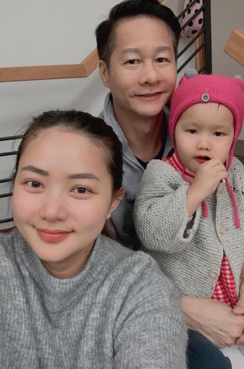 Phan Như Thảo quyết định gắn bó với chồng đại gia khi cô ở đỉnh cao sự nghiệp. Hành trình làm mẹ lấy đi của cô nhan sắc, bù lại một tổ ấm hạnh phúc với người chồng yêu thương vợ và con gái đầu lòng kháu khỉnh.