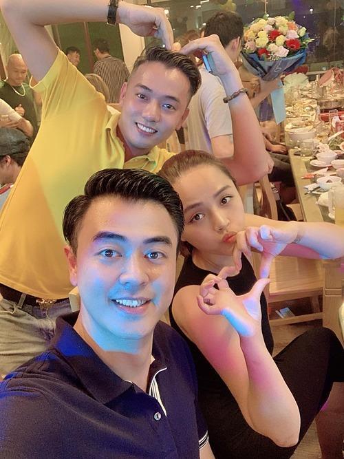 Thu Quỳnh pose ảnh cùng MC Tuấn Tú (vai Quốc)vàViệt Bắc (vai Cân) và thông báo Những ngày không quên đã chính thức đóng máy sau hai tháng quay phim.