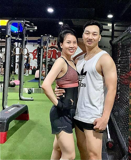 Thành Trung và vợ tích cực tập gym để có body săn chắc. Nam MC hài hước nói: Khi bạn ở cạnh mộtngười yêu thể thao khôngkhác nào đang ở cạnh mộttỉ phú. Vì sức khoẻ luôn là tài sản lớn nhất trên cuộc đời này. Đó có thể là lý do mà vợ mình chọn mình.