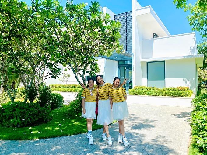 Cựu người mẫu Thúy Hạnh và hai con mặc đồ ton sur ton khi du lịch Phú Quốc.