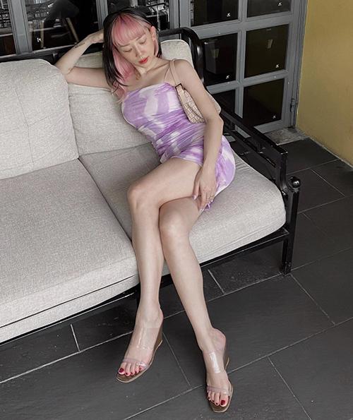 Bên cạnh crop-top, váy bodycon cũng là trang phục luôn được Tóc Tiên sử dụng khi xuống phố. Cô chọn thêm túi kẹp nách, sandal nhựa trong để hoàn thiện set đồ.
