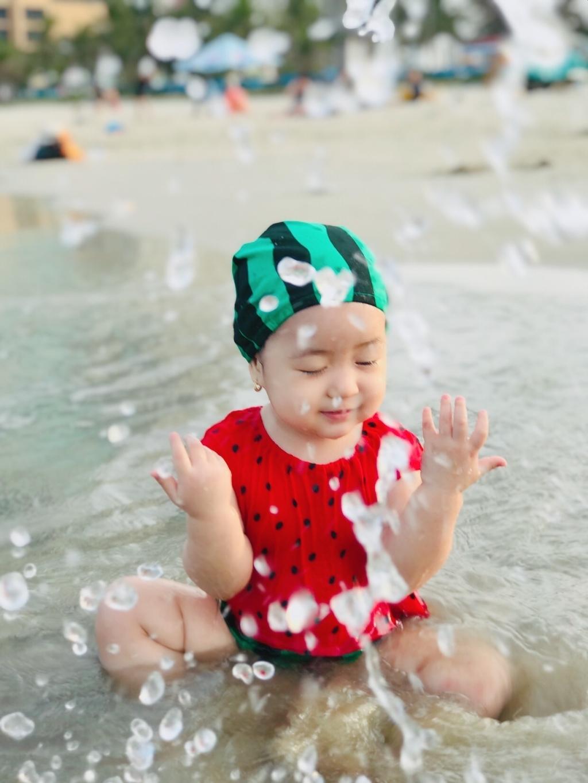 Lần đầu thấy biển, ba mẹ cứ lo con sẽ sợ sệt và rụt rè, nhưng thật bất ngờ, con gái đã đòi tụt ra khỏi tay ba. Con chạy ùa vào làn nước mát với vẻ mặt vô cùng thích thú. Sau một hồi nghịch nước và tắm mát, cả nhà dắt tay nhau về nhưng con vẫn tiếc, chị Mỹ Duyên chia sẻ.
