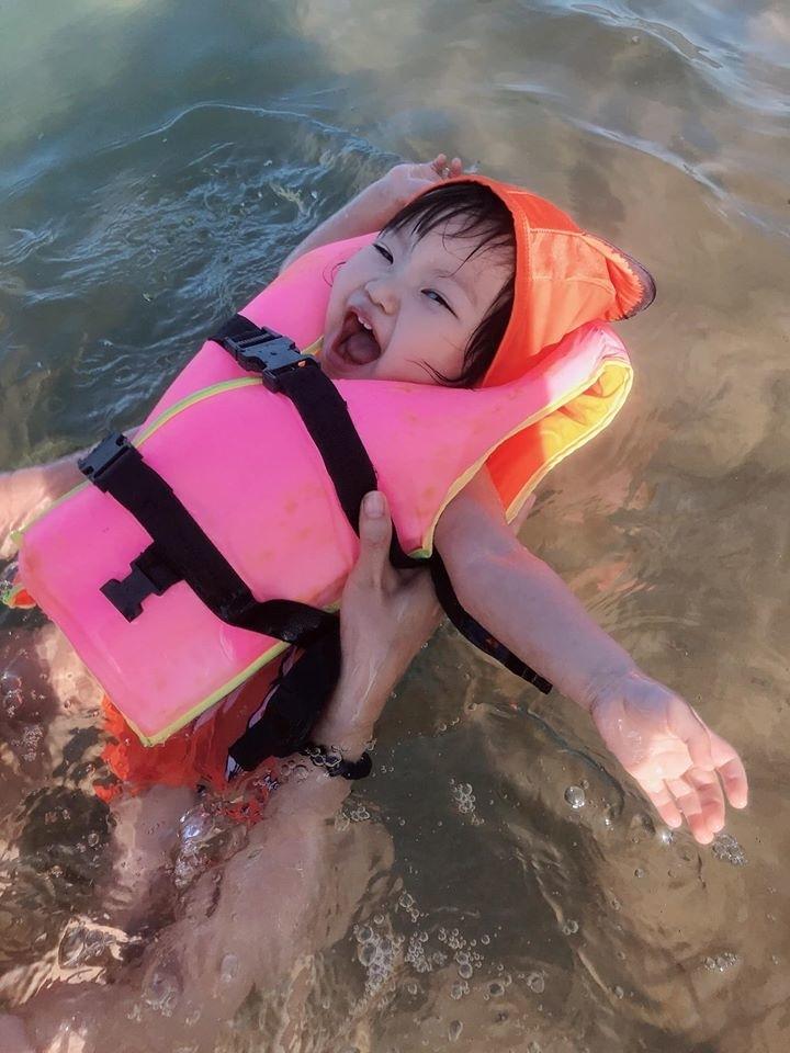 Em được cảm nhận, hòa mình với thiên nhiên và biết yêu biển xanh, cát trắng. Con cười thả ga, la hết cỡ khi được mẹ cho áo phơi và tập bơi.