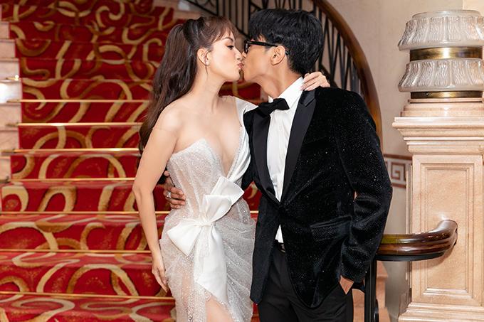 Vợ chồng Khánh Thi tình cảm tại sự kiện hôm 26/5.