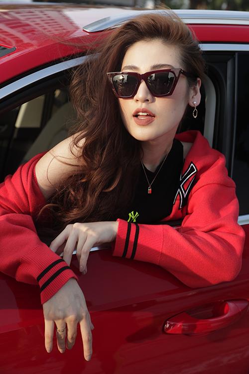 Tú Anh sinh năm 1993, là con duy nhất trong một gia đình khá giả ở Hà Nội. Năm 2012, khi còn là sinh viên Học viện Báo chí và Tuyên truyền, cô tham gia cuộc thi Hoa hậu Việt Nam 2012 và giành ngôi Á hậu 1.