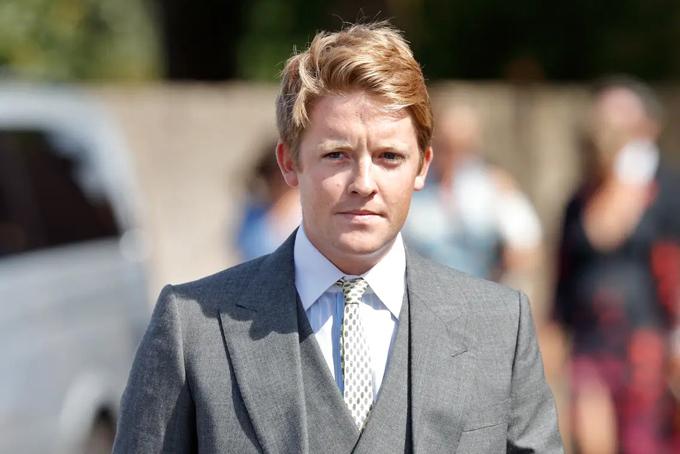 Hugh Grosvenor, công tước 29 tuổi của xứ Westminster, là một trong những người trẻ giàu nhất thế giới. Hugh trở thành công tước thứ 7 của Westminster sau khi cha qua đời vào năm 2016 và được thừa kế khối tài sản trị giá12,3 tỷ USD. Hiện Hugh là chủ sở hữu của hãng bất động sản xa xỉ Grosvenor Group nhưng luôn giữ kín đời sống cá nhân.