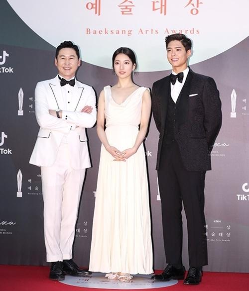 Bộ ba MC của lễ trao giải Shin Dong Yup, Suzy và Park Bo Gum (từ trái qua).