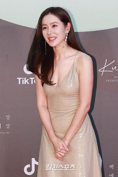 Giữa rừng sao, Son Ye Jin là nữ diễn viên được mong đợi trên thảm đỏ nhất. Tên cô được nhắc tới nhiều trong phần bình luận trên các nền tảng xem trực tiếp lễ trao giải.