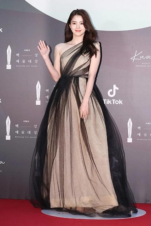 Kim Hee Ae nhận đề cử Nữ diễn viên mới xuất sắc với vai tiểu tam của phimThế giới hôn nhân.