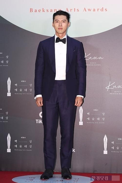 Hyun Bin - bạn trai tin đồn của Son Ye Jin cũng được mong chờ không kém. Tên của cặp đôi xuất hiện liên tục trên mặt báo trước ngày trao giải. Đây là lần đầu họ cùng xuất hiện sau khi phimHạ cánh nơi anhkết thúc.