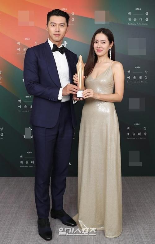 Hyun Bin và Son Ye Jin nhận cúp tại Baeksang.