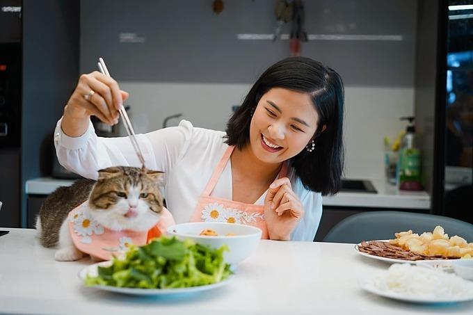 Hoa hậu Ngọc Hân dùng thịt bò thử độ kiên nhẫn của mèo cưng.