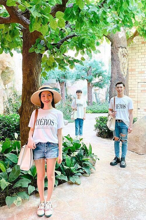Hòa Minzy cùng Erik, Đức Phúc mặc ton sur ton khi đi du lịch Phú Quốc.