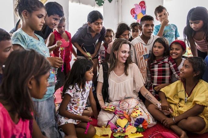 Angelina Jolie luôn nỗ lực đấu tranh chống nạn bất bình đẳng và những vấn đề xung đột sắc tộc trên khắp thế giới.