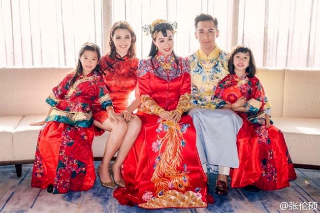 Trương Luân Thạc bên vợ và ba cô con gái riêng của vợ.