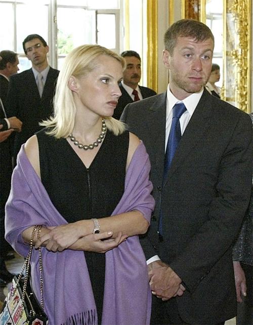 Ông chủ Chelsea - tỷ phú Roman Abramovic - đang giữ kỷ lục có vụ ly hôn tốn kém nhất thế giới. Tài phiệt người Nga và người vợ thứ hai Irina chia tay năm 2007 sau khi chung sống hơn 15 năm và có 5 đứa con. Vụ ly hôn diễn ra nhanh chóng và có tin ông Abramovich đã nhượng cho Irina ít nhất 4 căn nhà, bao gồm bất động sản 18 triệu bảng ở tây Sussex cũng như hai căn nhà ở London cùng một số tiền lớn. Ước tính, tỷ phú Nga với khối tài sản trị giá 11 tỷ bảng, đã bù đắp cho vợ cũ từ một đến hai tỷ bảng.