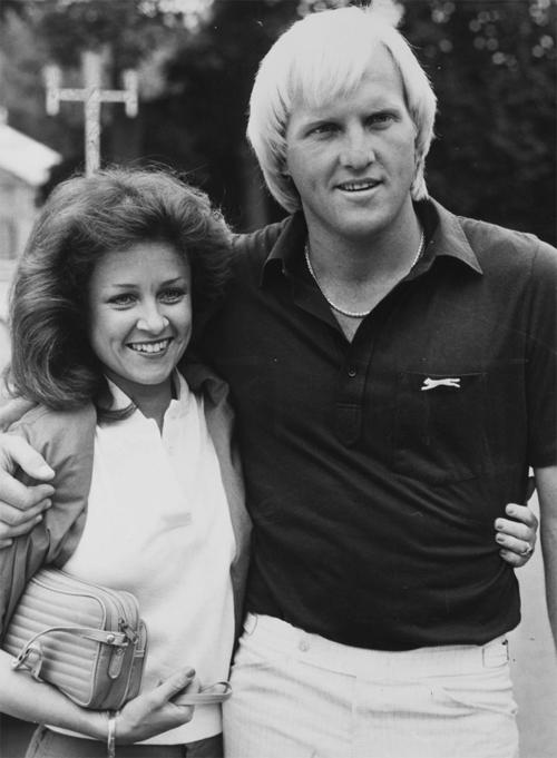 Huyền thoại làng golf Greg Norman và bà xã là cựu tiếp viên hàng không Laura Andrassy chia tay năm 2007 sau 22 năm gắn bó. Bà Laura nhận được 83 triệu bảng từ chồng. Một năm sau khi mất tiền, mất vợ, cựu tay golf 65 tuổi người Australia kết hôn lần nữa với huyền thoại tennis Chris Evert. Tuy nhiên cuộc tình này chỉ kéo dài một năm.