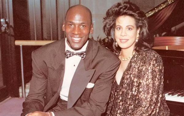 Huyền thoại bóng rổ Michael Jordan gặp người vợ đầu Juanita trong một nhà hàng ở Chicago rồi sau đó hai người kết hôn ở Las Vegas năm 1989. Tuy nhiên 17 năm sau, vợ chồng cựu siêu sao đội Chicago Bulls ra tòa ly dị với lý do khác biệt không thể dung hòa. 4 năm trước đó, Juanita đã nộp đơn ly hôn nhưng một tháng sau rút đơn và chia sẻ cả hai cố gắng hàn gắn. Vợ cũ Michael Jordan nhận được 134 triệu bảng sau khi chia tay. Đây là con số lớn nhất mà một VĐV người Mỹ phải trả cho vợ cũ.