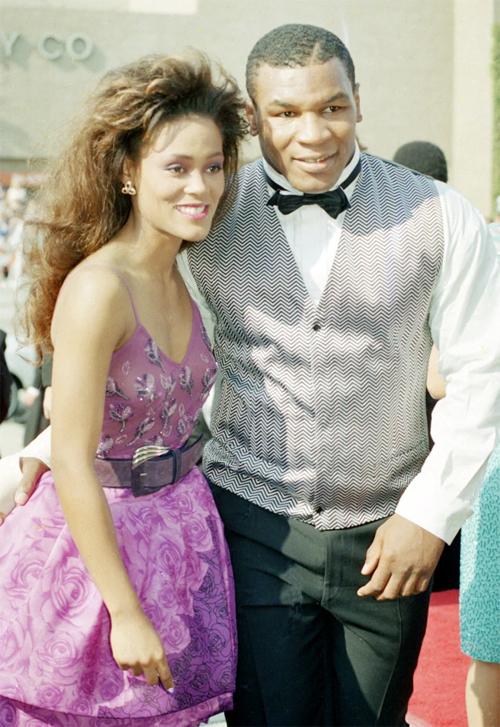 Mike Tyson và người vợ đầu Robin Givens quấn quýt bên nhau năm 1989. 8 tháng sau ngày đưa mẹ cùng đi trong buổi hẹn đầu với tay đấm huyền thoại, Robin Givens lên xe hoa với anh. Tuy nhiên, cuộc hôn nhân chỉ kéo dài một năm rồi chấm dứt năm 1989. Nữ diễn viên Mỹ tố cáo cựu vô địch quyền Anh bạo hành, dọa giết cô. Chia tay Mike Thép, người đẹp nhận được 8 triệu bảng.