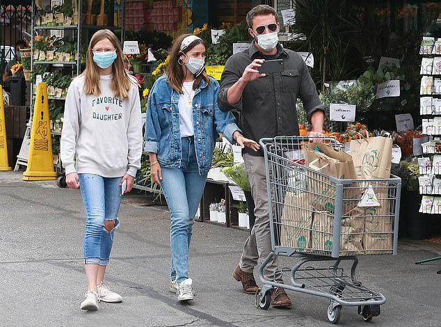 Violet (bên trái) đi cạnh nữ diễn viên Ana de Armas trong khi bố đẩy xe đồ tại một khu phố mua sắm ở Los Angeles hôm 5/6. Con gái cả của Jennifer Garner và Ben Affleck đã lớn phổng phao ở tuổi 14. Cô bé thừa hưởng vóc dáng cao ráo của cả bố và mẹ.