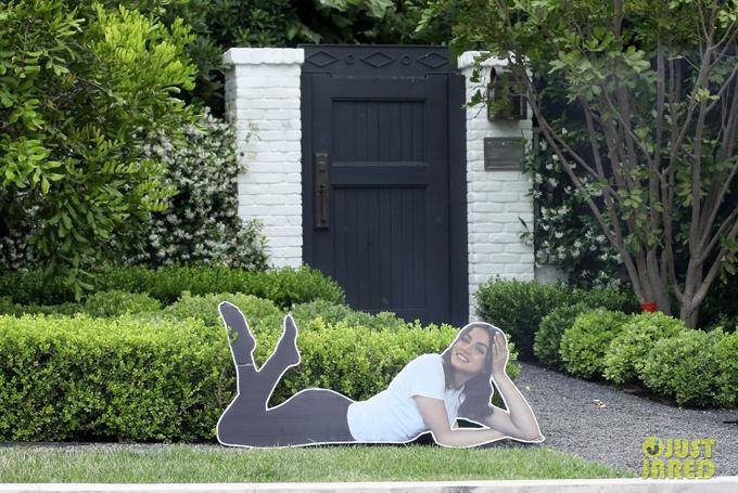 Hôm 5/6, paparazzi bắt gặp tấm bìa lớn in hình Ana de Armas trước cửa nhà Ben Affleck. Tấm hình dễ thương này được cho là tác phẩm cắt tỉa của các con Affleck sau khi bọn trẻ đến đây chơi.