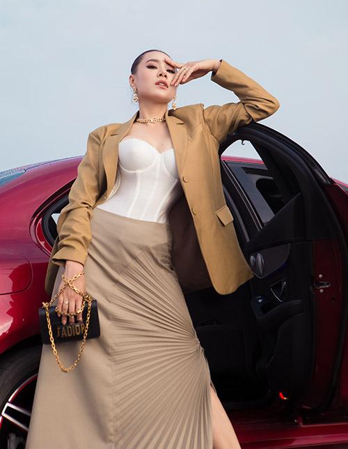 [Caption Trong bộ ảnh đặc biệt này, Hồ Bích Trâm xuất hiện như một nữ thần thời trang với những bộ trang phục hiện đại, nữ tính, thanh thoát nhưng cũng không kém phần táo bạo và nổi loạn của Nhà thiết kế Nguyễn Minh Công. Việc lựa chọn màu vải trơn, không họa tiết cùng những phụ kiện nổi bật của các thương hiệu Chanel, YSL tưởng như đối nghịch nhau nhưng kỳ thực lại giúp tôn lên vẻ đẹp trang nhã và kiêu sa của Hồ Bích Trâm.